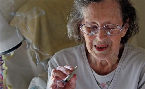 [Foto 2] Una signora fuma il suo spinello giornaliero