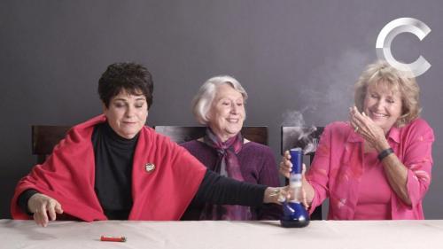 [Foto 4]L_immagine del video virale delle tre signore che fumano un bong per la prima volta